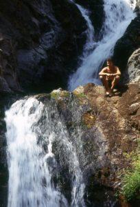 Foto di una cascata con esploratore