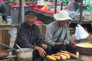 Due cinesi con le pannocchie