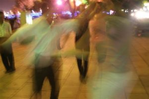 Foto di cinesi che danzano in strada