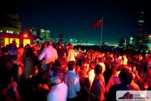 Foto con tante persone di sera