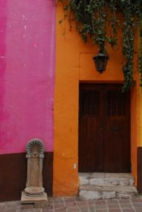 Foto con porta e muri colorati