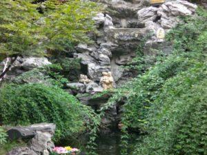Foto con statua in mezzo al verde