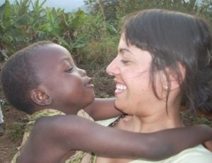 Foto di Cinzia con in braccio un bambino