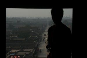 Foto con ragazzo alla finestra