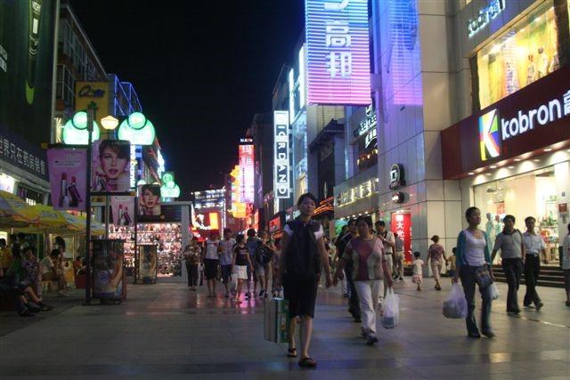 Strada al centro di Shanghai