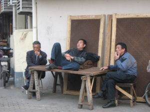 Foto di cinesi che si riposano in strada