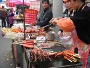 Foto con stand di cibo in strada