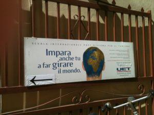 Foto con cartello UET