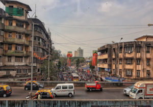 Strada caotica di Mumbai