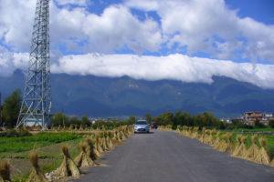strada con montagna sullo sfondo