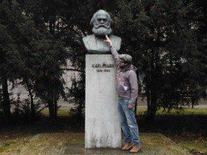 Foto di Francesco con statua