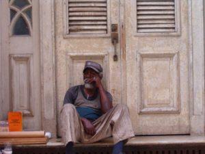 Uomo seduto in strada
