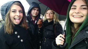 Foto con i compagni sotto la pioggia