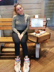 Foto di Michela seduta su una panchina