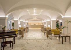 Stage invernale, foto della reception Hotel Shangri La