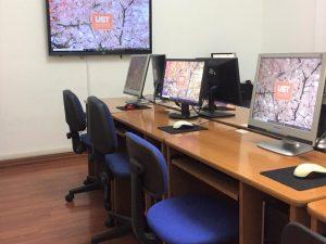 Foto dell'aula informatica della scuola UET Roma