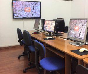 Foto dell'aula informatica della scuola UET