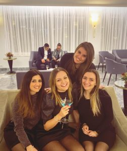 Foto di Michela in hotel insieme alle colleghe