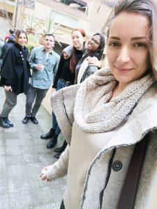 Michela con i compagni all'uscita di scuola