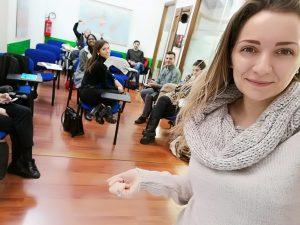 Foto di Michela in aula con i compagni di corso